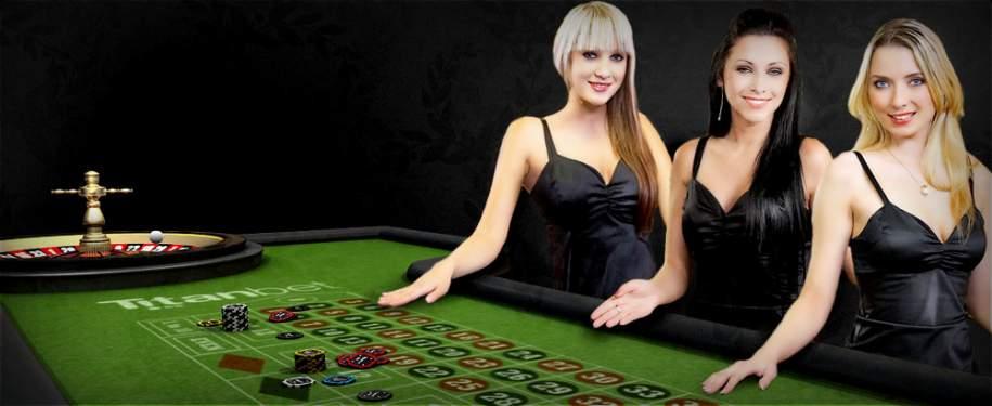 femmes croupiers table blackjack casino