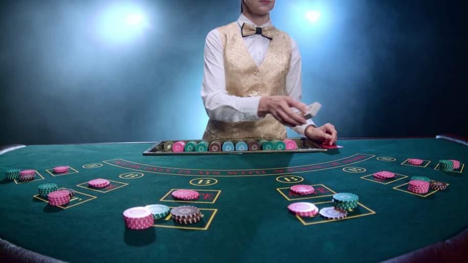 croupier cartes casino jetons